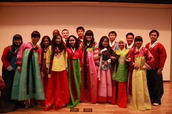 Du học sinh Hàn Quốc mặc trang phục truyền thống của Hàn Quốc