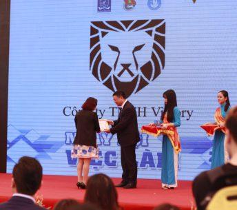 Bà Lê Hoàng Dung - Giám đốc Công ty du học Halo - Nhận chứng nhận tại ngày hội việc làm 2017